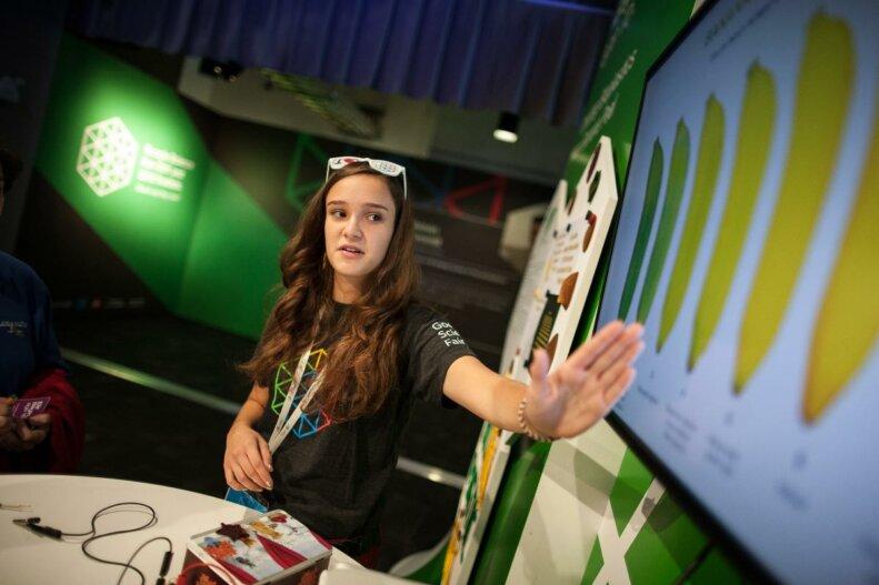 Elif Bilgin a apresentar o seu projeto no evento da Google