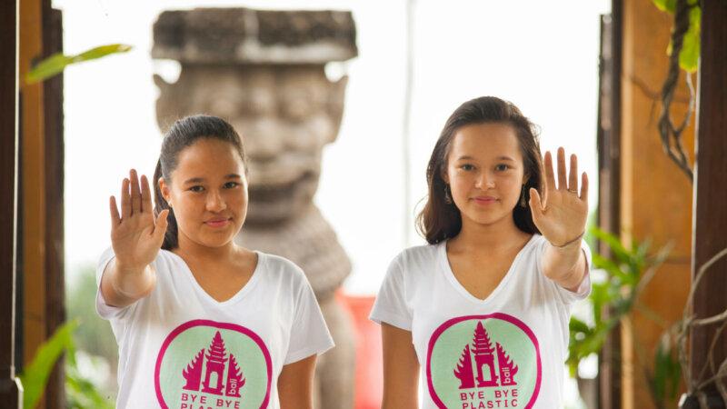 Melati e Isabel Wijsen juntas com a palma levantada a mostrarem STOP