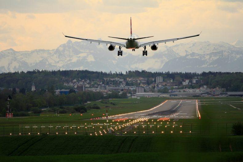 Avião a aterrar no aeroporto