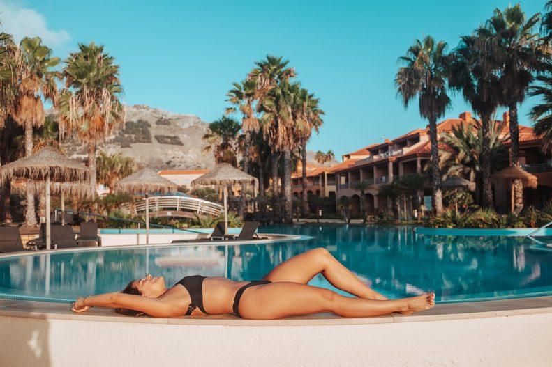 Joana deitada na borde de uma piscina