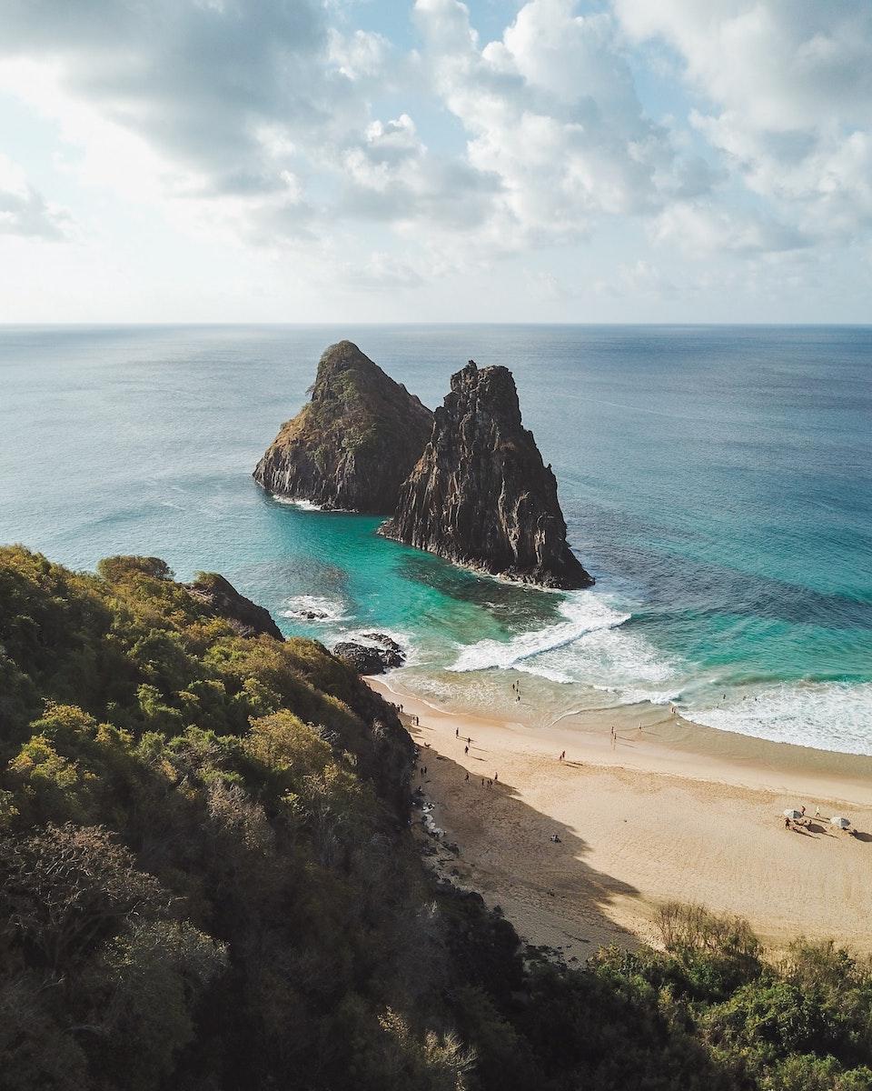 Paisagem paradisíaca com águas azuis e praia