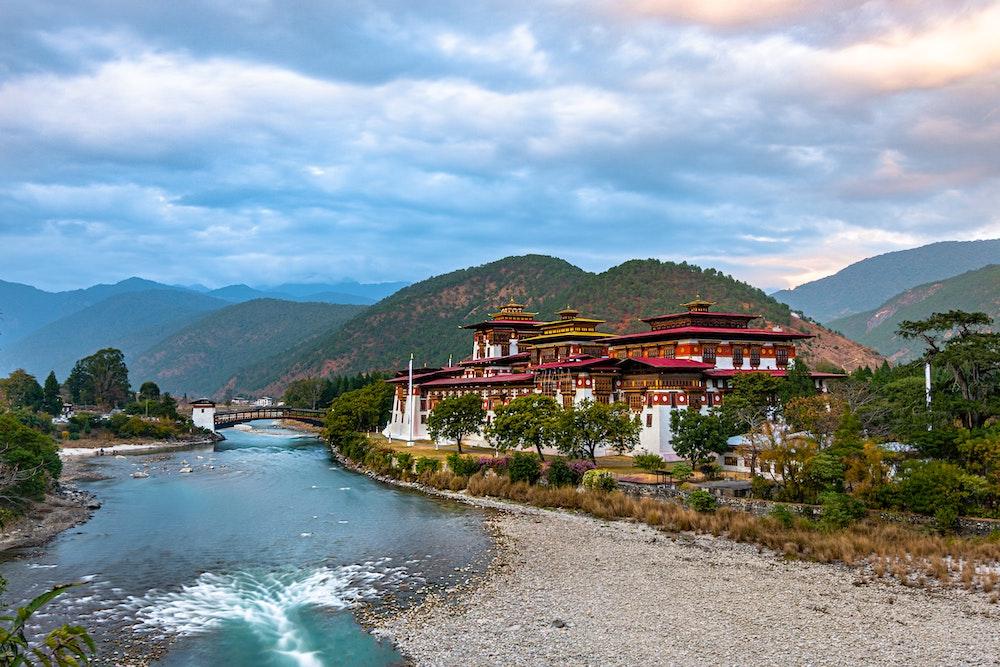 Paisagem das montanhas com edifício e rio do Butão