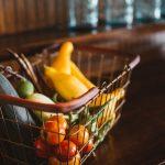 Cesto com fruta e legumes