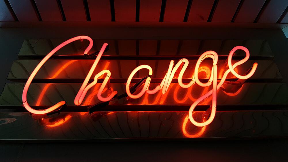 """Palavra """"Change"""" com luz luminosa de cor vermelha"""