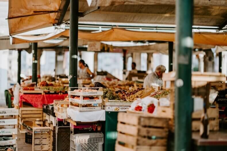 Mercado local com frutas e legumes