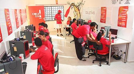 Sala de computadores com várias pessoas