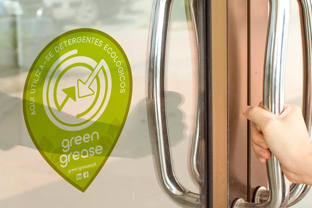 Selo Green Grease aplicado na porta de um estabelecimento
