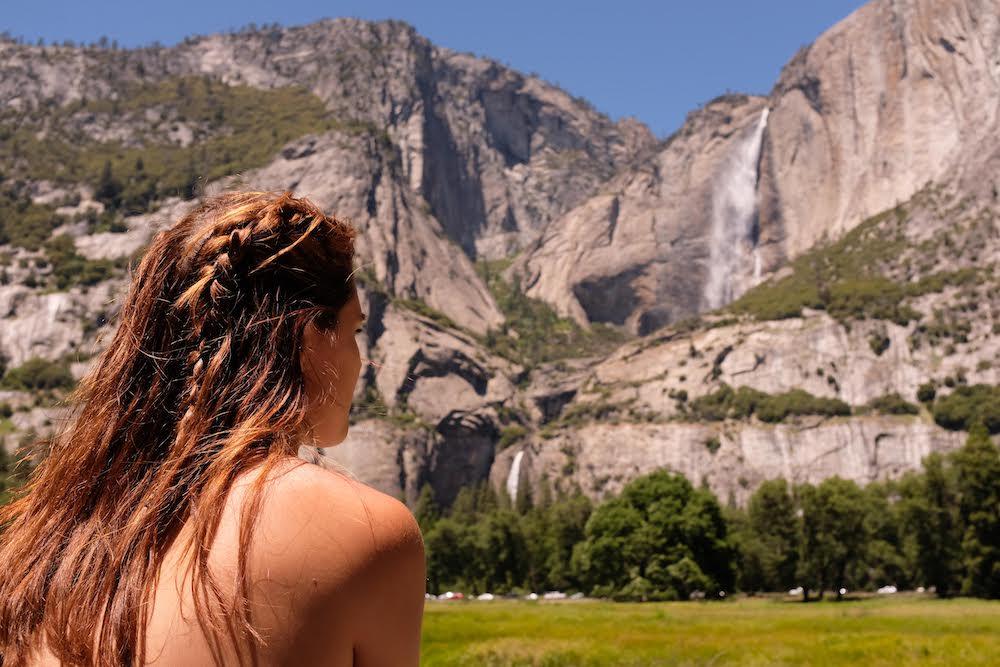 Joana em frente as montanhas do Yosemite