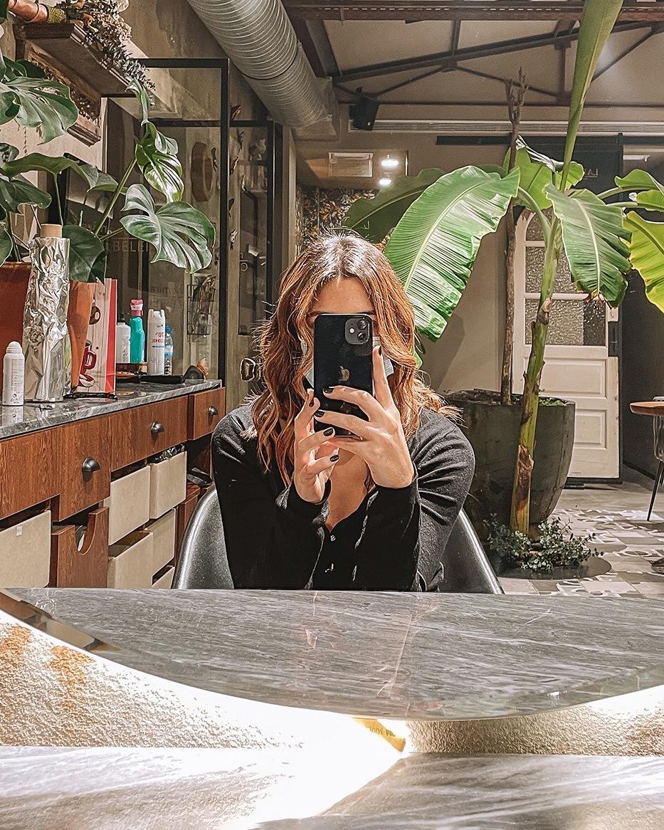 Joana a tirar uma selfie ao espelho
