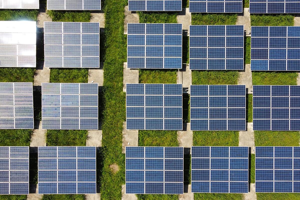 Diversos painéis solares