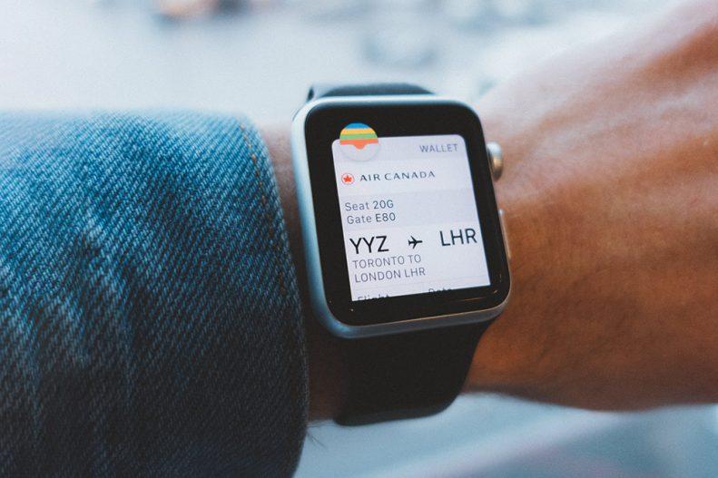 Smartwatch com bilhete eletrónico visível no ecrã