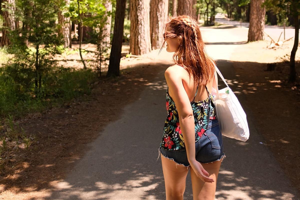 Joana a caminhas na floresta