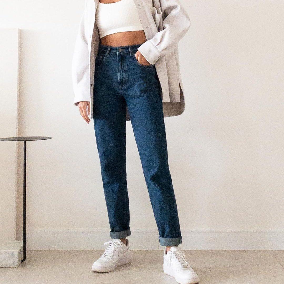 Mulher com jeans e casaco branco